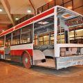 Pokládání podlahoviny Altro Transflor do zrenovovaného trolejbusu v přímém přenosu