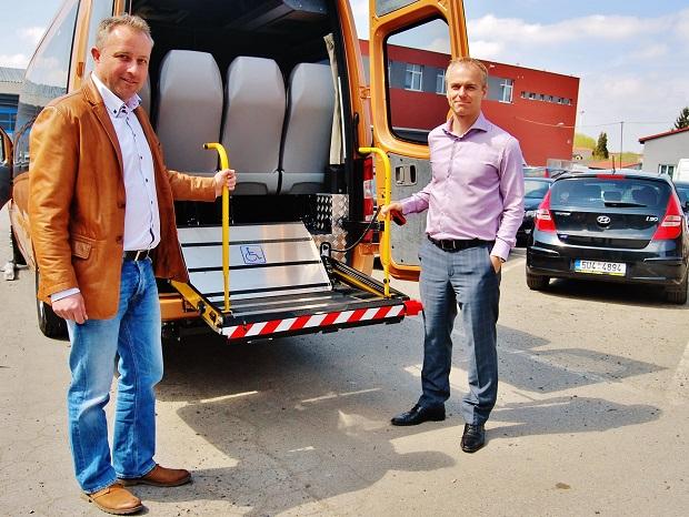 Kamil Hrbáč z KHMC a Martin Capoušek z dopravní společnosti Vega Tour, předvádí nový kazetový výtah v midibusu MB Sprinter (foto: Zdeněk Nesveda)