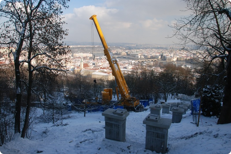 Rekonstrukce lanové dráhy na Petřín pokračuje podle plánu – téměř stotunový jeřáb odvedl svou práci, foto: DPP