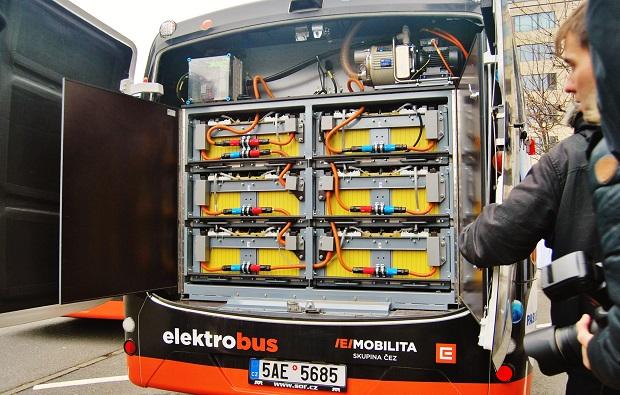Aku baterie se 180 lithium-iontovými články mají celkovou kapacitu 172 kWh