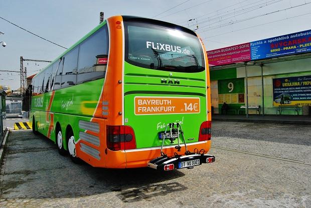FlixBus jako asi jedna z mála na dálkové pravidelné dopravě umožňuje přepravu jízdních kol ve speciální držáku, vyfoceno na AN Florenc v Praze, foto: Zdeněk Nesveda