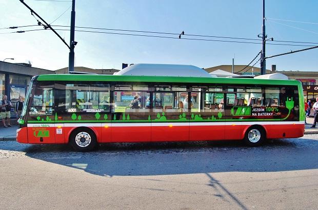 Elektrobus SOR EBN 11, před zahájením zkušebního provozu v září 2015 na konečné Želivského, foto: Zdeněk Nesveda