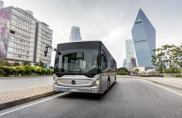 Mercedes-Benz Conecto, Exterieur, anthrazit metallic, OM 936 mit 220 kW/299 PS; 7,7 L Hubraum, 6-Gang Automatikgetriebe, Länge/Breite/Höhe: 12.105/2.550/3.120mm, Beförderungskapazität: 1/105;  Mercedes-Benz Conecto, Exterior, anthracite metallic, OM 936 rated at 220 kW/299 hp, displacement 7.7 l, 6-speed automatic transmission, length/width/height: 12105/2550/3120m, passenger capacity: 1/105