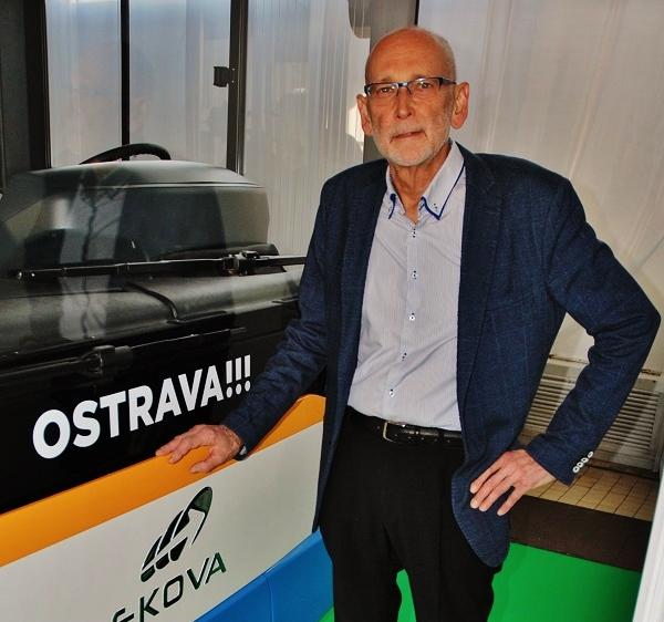 Jan Novotný nám ukazuje elektrobus Ekova Electron na výstavě EkoAuto v Praze: foto: Zdeněk Nesveda