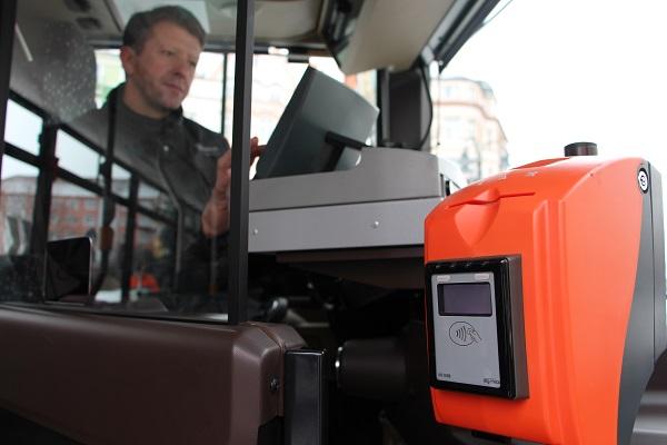Inovativní způsob placení platební bezkontaktní kartou v autobusech Arriva v Krnově, foto: Arriva