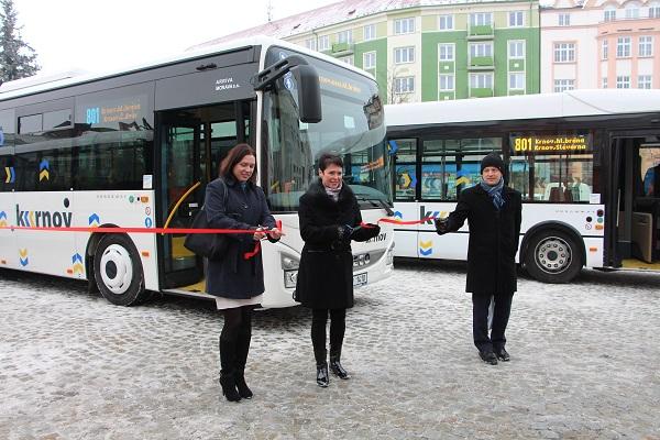 Slavnostní uvedení do provozu nových autobusů MHD v Krnově, zleva: ředitelka Arrivy Morava Pavla Struhalová a starostka města Jana Koukolová Petrová, foto: Arriva