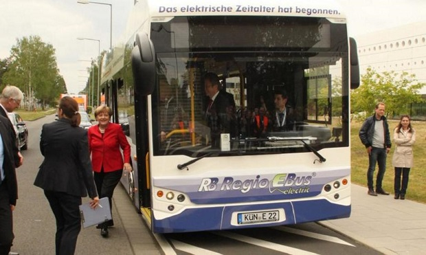 Elektrobusy Ekova Electron pro kraj Hohenlohe v Německu si prohlédla kancléřka Angela Merkelová