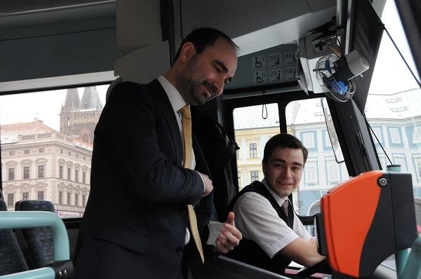 Daniel Adamka, generální ředitel společnosti Arriva si kupuje první jízdenku, foto: Arriva