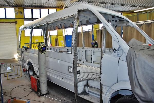 Ze snímku je patrné, jak velké jsou zásahy do karoserie kdy ve finále autobus musí mít parametry nového vozidla s maximální životností více než 10 let, foto: Zdeněk Nesveda