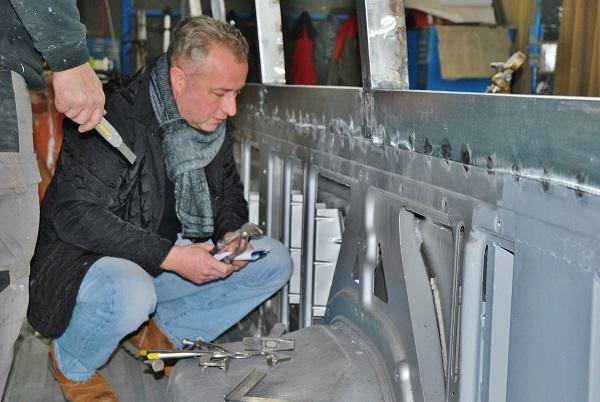 Kamil Hrbáč, majitel společnosti KHMC mi vysvětluje pracovní postupy při úpravách karoserií, foto: Zdeněk Nesveda