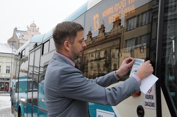 Starosta Kolína Vít Rakušan označuje první autobus samolepkou. foto: Arriva