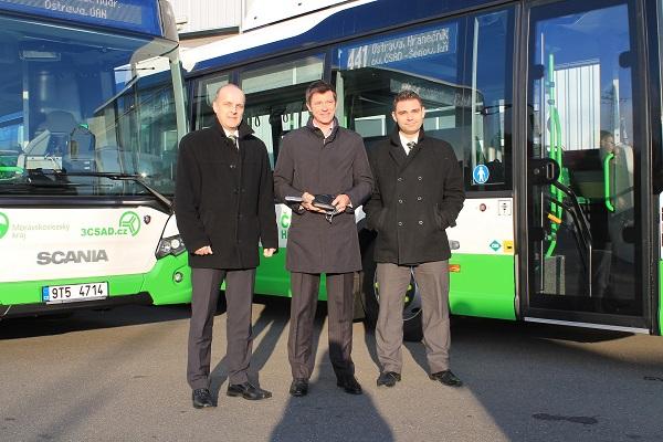 Slavnostní předání nových autobusů plynových autobusů Scania Citywide LE (CNG) pánové zleva: Tomáš Vavřík, James Armstrong a Jakub Vyvial