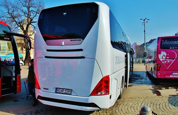 Elegantní pozadí nového NEOPLANU Tourliner na Holiday World v Praze, foto: Zdeněk Nesveda