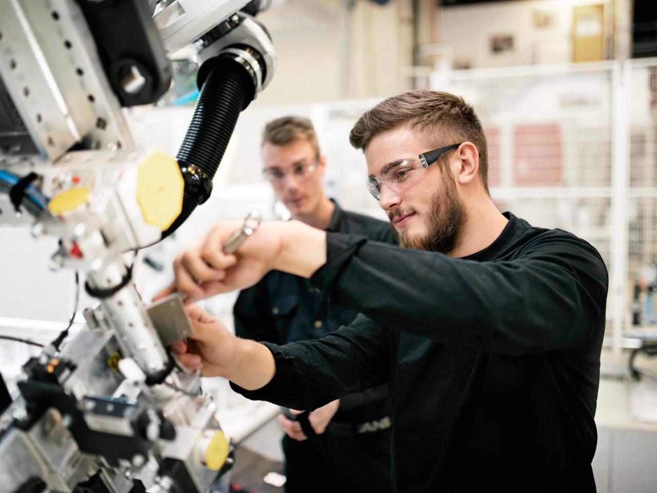 Scania Czech Republic představuje své servisy zájemcům o vzdělávací a stipendijní program Mladí profesionálové Scania. foto: Scania