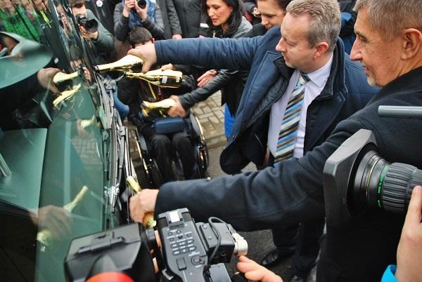 Andrej Babiš a ministr životního prostředí Richard Brabec, slavnostně, jak se patří šampaňským pokřtili elektrobus, foto: Zdeněk Nesveda