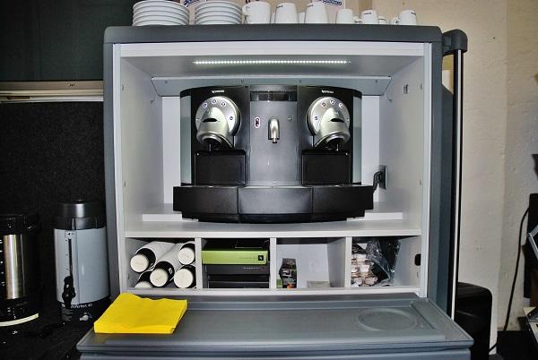 Nová kuchyňka pro zájezdové autobusy vybavená exkluzivním kávovarem Gemini 200 PRO od společnosti Nespresso umožňující vařit dvě kávy nejednou. Dodává společnost AUTO - BUS CZ (foto: Zdeněk Nesveda)