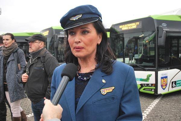 Starostka města Třinec tentokrát v roli průvodčí na první slavnostní jízdě, prvního elektrobusu, foto: Zdeněk Nesveda