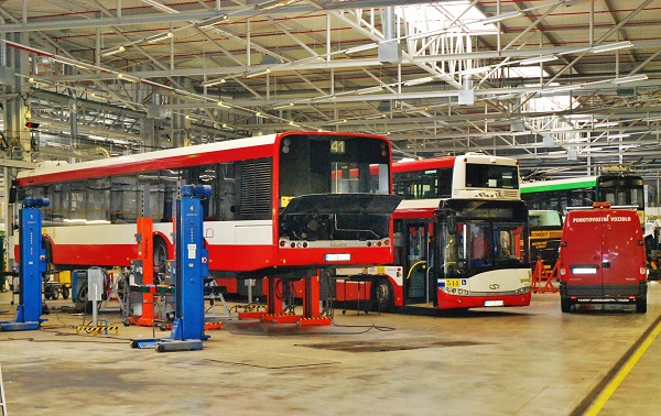 PMDP, nejmodernější evropské depo pro autobusy a trolejbusy. Prostor dílny tzv. lehké opravy autobusů i trolejbusů (foto: Zdeněk Nesveda)