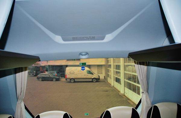 Zajímavý prvek zabudování atypického okna v zadním panelu se stylizovaným znakem Neoplan a led osvětlením, Zdeněk Nesveda