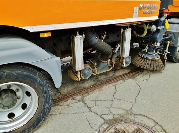 Při práci jsou speciálním adaptérem vyčištěny žlábky kolejí (foto:PMDP)