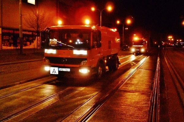 Noční čištění plzeňských kolejových tratí (foto: PMDP)