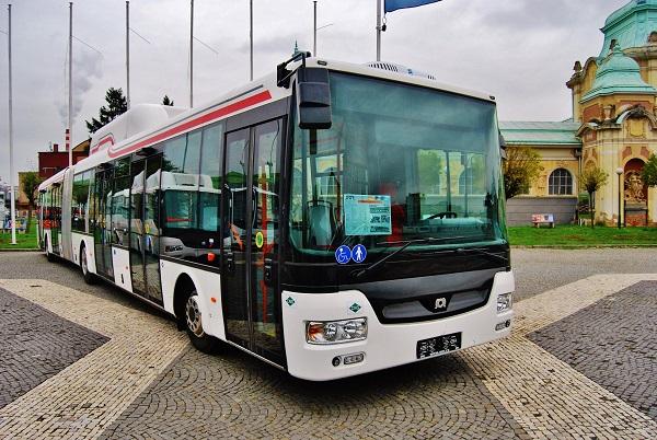 Městský nízkopodlažní autobus SOR NBG 18 pro ČSAD MHD Kladno vystavený na veletrhu CZECHBUS (foto: Zdeněk Nesveda)