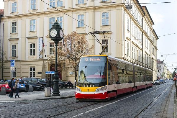 Tramvaj Škoda ForCity Alfa 15T4 po faceliftu, ulice Karmelitská, ilustrační foto:DPP