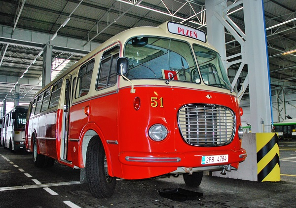 Městský autobus Škoda 706 RTO, stále v nejlepší kondici, odpočívá hezky v teploučku v moderním depu PMDP na Karlově a je připravený vyrazit 6. a 7. května do ulic Plzně. (foto: Zdeněk Nesveda)