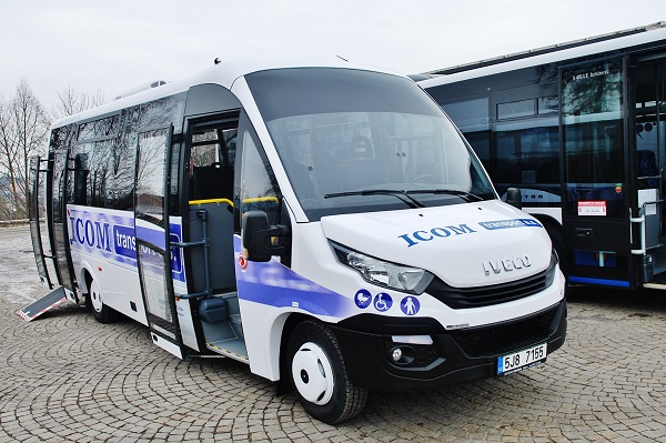Jarní dodávka pěti autobusu v meziměstském provedení se sníženou podlahou v zadní čísti pro dopravce ICOM transport (foto: Zdeněk Nesveda)