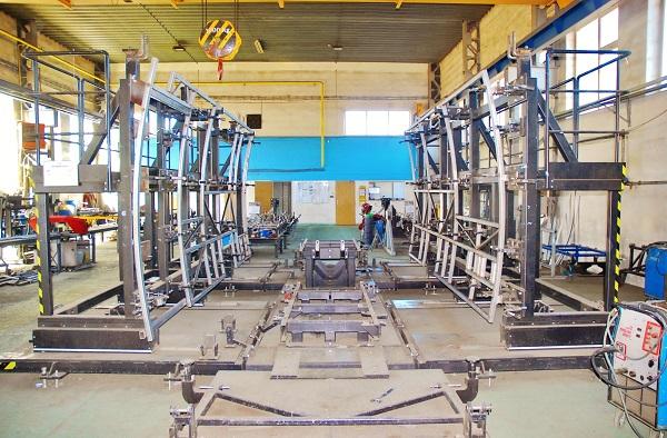 Jedna z prvních fází výrobního procesu, svařování konstrukce skeletu v přípravku, který zaručuje maximální přesnost (foto: Zdeněk Nesveda)
