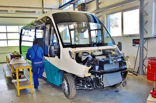 Kompletování nalakované karoserie na podvozku (foto: Zdeněk Nesveda)
