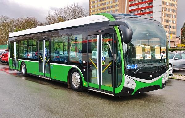elektrobus SOR EBN 9,5 na konečné zastávce Velké náměstí