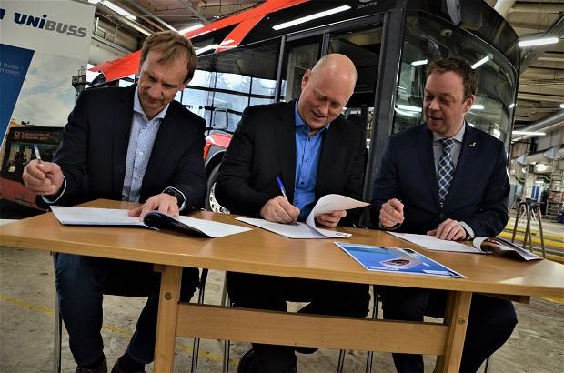 Na snímku zleva: Lars-Einar Petterson, PR-manažer, Siemens, Øysteina Svendsen, CEO Unibuss, Sverre Skaar, generální ředitel, Solaris Norge AS (foto: Solaris)