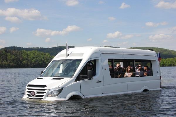 Obojživelný autobus ENJOY TECH LIMITED - BUS AKVA na slapské přehradě 1 (foto: Auto - Bus.cz)