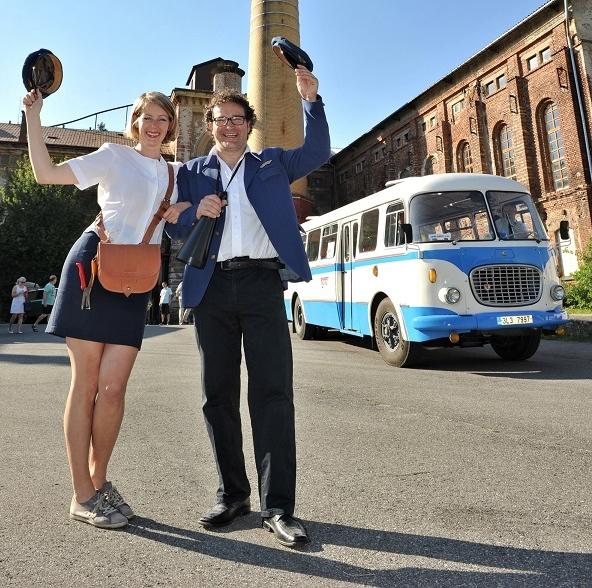 V roli průvodčích se představili herečka Anna Kulovaná a herec a mim Martin Sochor. (foto: BusLine)