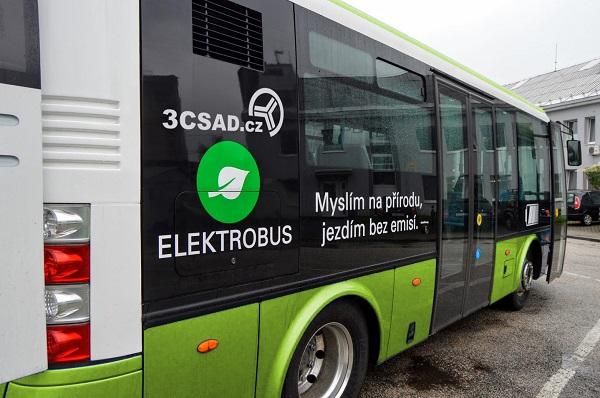Elektrobusy SOR v elegantním zeleno - bílém provedení s grafickými prvky do jejichž návrhu se zapojí i obyvatelé města (foto: 3CSAD)