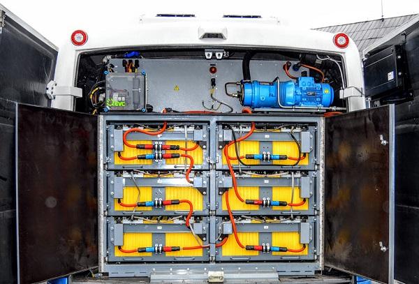 Místo motoru baterie, místo výfuku nic (foto: 3CSAD)