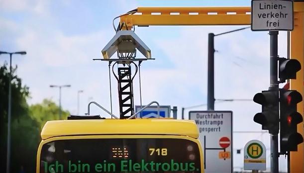 Elektrobusy v Oberhausenu využívají tramvajovou infrastrukturu pro čtyřpólové průběžné dobíjení (foto: STOAG)