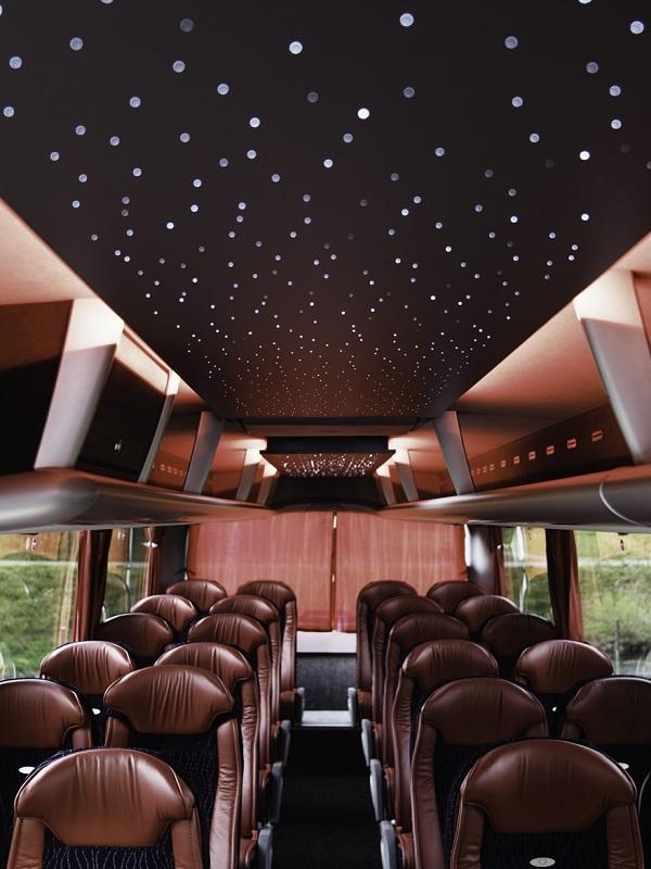 """K neobvyklým prvkům výbavy autobusů MAN Lion's Coach """"Büssing Edition"""" patří kuchyňský pult přede dveřmi 2 a dále náladové osvětlení označované jako hvězdná obloha"""