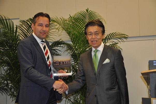 Alex de Jong získal třetí cenu od Masaki Ogata, předsedy UITP po celém světě (foto: VDL Bus & Coach )