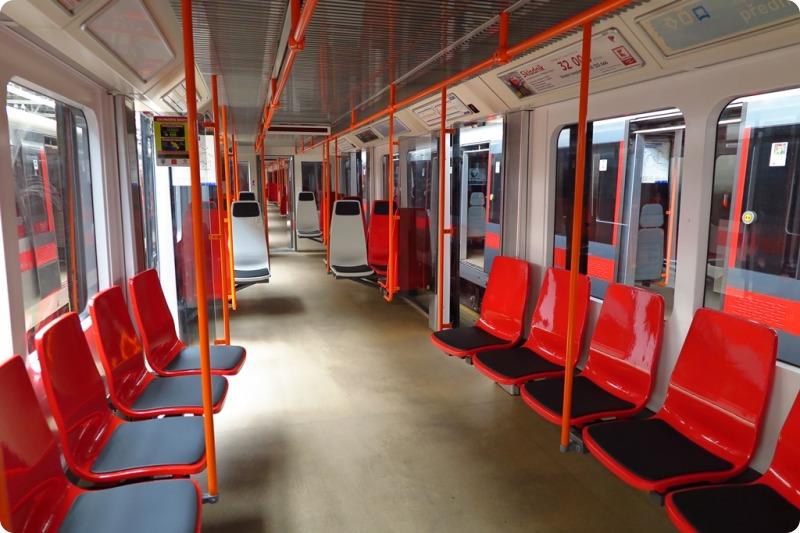 Vložený vůz č. 4270 s novými sedadly jezdí v soupravě č. 4147-4148.