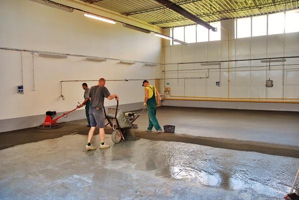 Nová hala pro čistou výrobu v KHMC krátce před dokončením (foto: Zdeněk Nesveda)