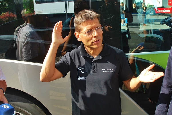 Andreas Türk ze společnosti Daimler představuje nový projekt Mercedes-Benz Future Bus CityPilot českým novinářům (foto: Zdeněk Nesveda)