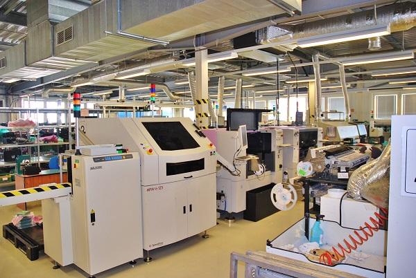 Jedním z důležitých výrobních procesů je přesné osazování plošných spojů na automatických linkách (foto: Zdeněk Nesveda)