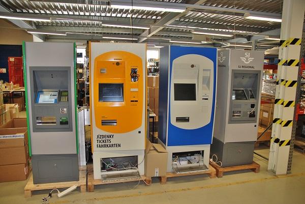 Celá řada stacionárních automatů na prodej jízdenek, se kterými se nejčastěji setkáváme v metru, na zastávkách MHD a na autobusových nádražích (foto: Zdeněk Nesveda)