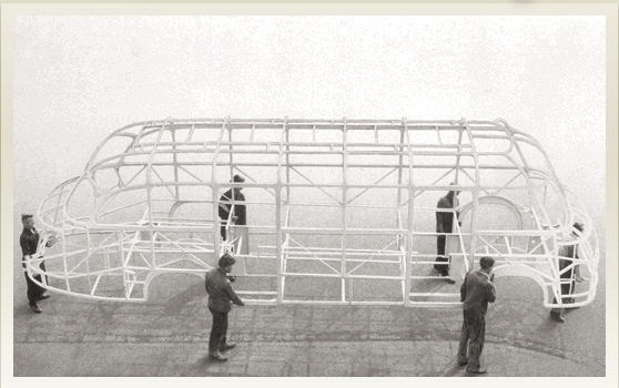 První samonosná karoserie SETRA z roku 1951, kterou lehce unese šest lidí (foto: Daimler)