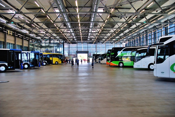 Showroom Setra, kde jsou již připravené autobusy na předání zákazníkům, denně opouští závod 10 – 13 autobusů (foto: Zdeněk Nesveda)