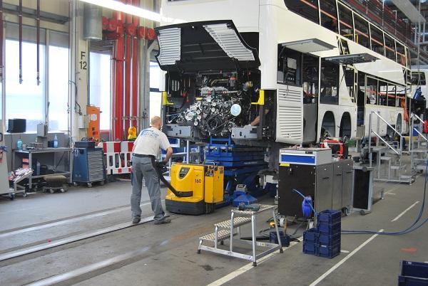 Obří manufaktura, výroba autobusů v závodě EvoBus, Setra v Neu-Ulm, pohled na výrobní linku (foto: Zdeněk Nesveda 2015)