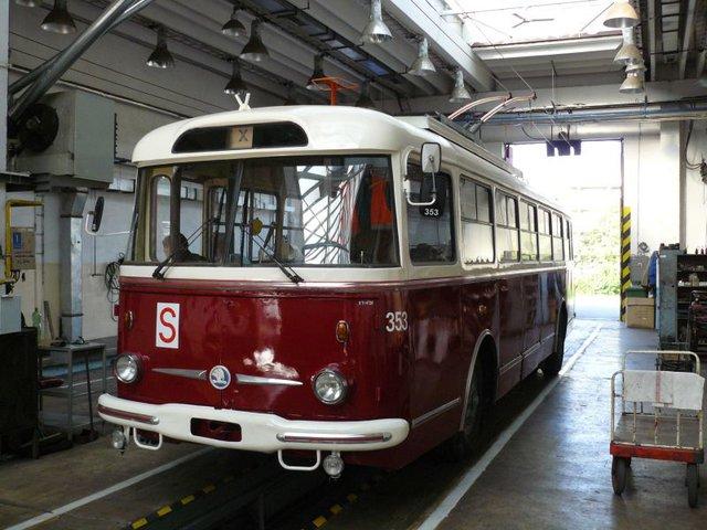 Trolejbus Škoda 9TrHT26 číslo 353 (foto: DPMP)