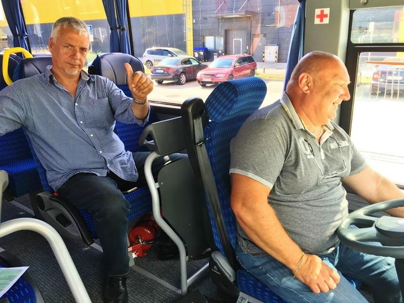 Ing. Jozef Bakoš, obchodní zástupce Isuzu Turancar, předává zástupcům Divadla Andreja Bagara v Nitře, nejnovější model autobusu ISUZU Novo Euro 6C 2017 (foto: Viktor Wiesner)